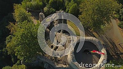 TURNOV TJECKIEN - JUNI, 2019: Flyg- surrsikt av den gotiska slotten i nationalparken Cesky Raj nära Prague lager videofilmer