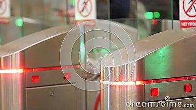 Turnstis de metrô As pessoas passam entre as portas Os indicadores de cor piscam video estoque