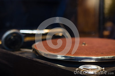 Turntable for playing vinyl records