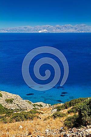 Turquise vatten av den Mirabello fjärden på Crete