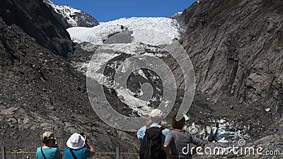 Turyści biorą fotografie Franz Josef lodowiec zdjęcie wideo