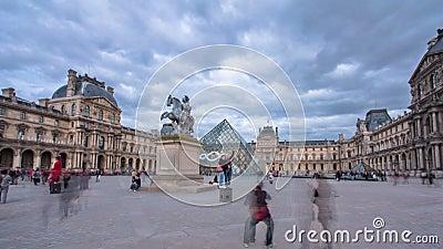 Turyści chodzą blisko louvre w Paryskim timelapse