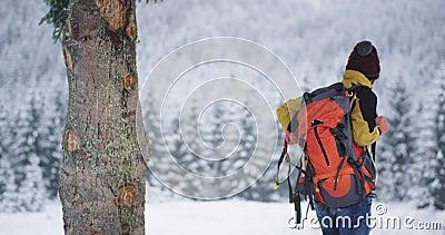 Turysta po ?rodku g?ry obok ?nie?ny lasowego bierze jego du?? pomara?czow? torb? i kontynuuje jego przygod? bada? zbiory wideo