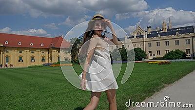 Turystka biegnie na teren zamku w Lednicach zbiory wideo