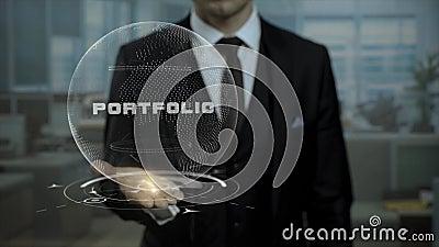 Tuteur de profession présent le concept de portfolio avec l'hologramme sur sa main banque de vidéos