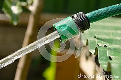Tuyau d 39 arrosage la pression d 39 eau photo stock image for Augmenter la pression d eau