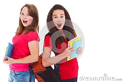 Två förbluffade tonårs- flickor