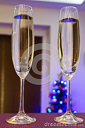Två flöjter av champagne för lyckligt nytt år
