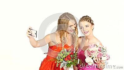 Två härliga flickor i ursnyggt ta för klänningar lager videofilmer