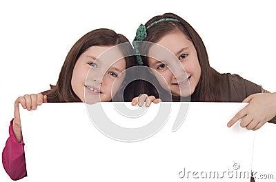 Två-lite-flicka-innehav-en-vit-baner