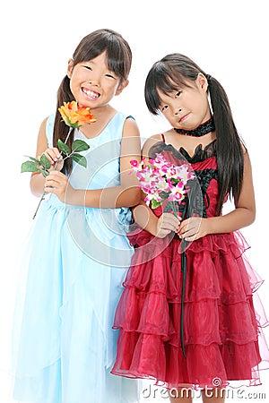 Två little asiatiska flickor