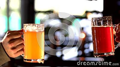 Två män som rymmer exponeringsglas och att klirra för öl stock video