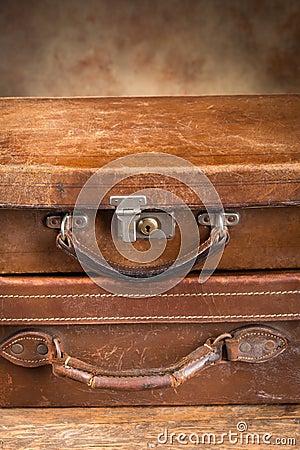 Två stängda resväskor för antikvitet