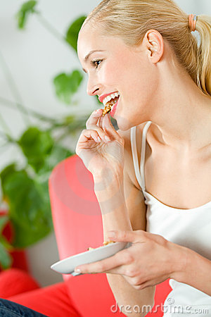 еда женщины tv наблюдая
