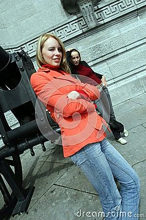 Två flickor i staden