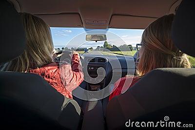 Två kvinnor i en bil