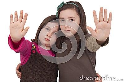 Två liten flicka som göra en gest stoppet