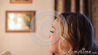 Tv-presentator voorbereiden voor de uitzending, make-up kunstenaar maakt haar en make-up stock video