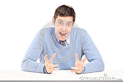 Tvivelaktigtt man som sitter och göra en gest med händer