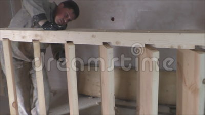 Twee arbeiders maken houten trap stock video video 60384593 - Houten trapontwerp ...