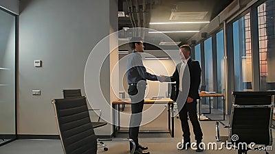 Twee businesspeople het schudden handen stock video