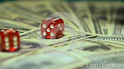 Twee dobbelen het vallen op grote som dollars, het winnen slow-motion combinatie, stock video