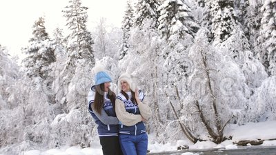 Twee lesbiennes spelen met elkaar in de sneeuw