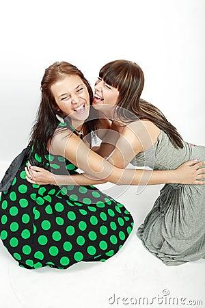 Twee gelukkige studentenmeisjes