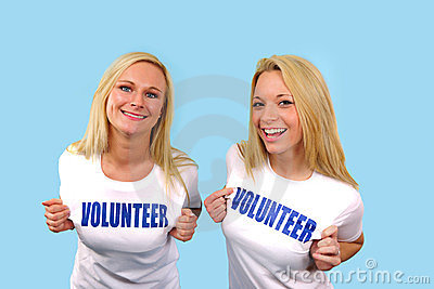 Twee gelukkige vrijwilligersmeisjes