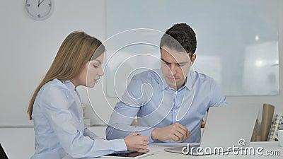 Twee Jonge Bedrijfscollega's die aan Laptop werken stock footage