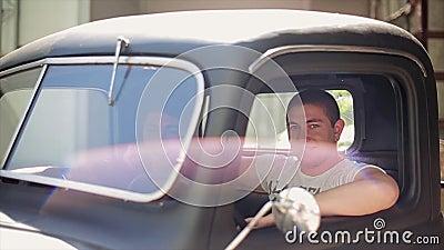 Twee jonge mensen in overhemdszitting in oude bestelwagen, glimlachen in camera Boom op gebied avontuur traveling stock footage