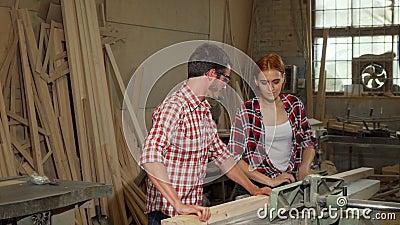 Twee jonge timmerlieden die houtbewerking doen bij meubilair productie stock videobeelden