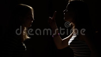 Twee meisjes boos met elkaar Woede, ruzie, geweld Ongelukkige moeder en dochter of twee zusters, familiekwesties stock video