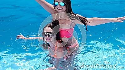 Mooie lesbische meiden spelen bij het zwembad