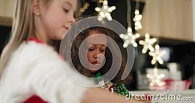 Twee meisjes die kerstkoekjes versieren stock video