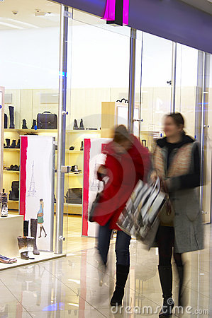 Twee meisjes in winkelcentrum