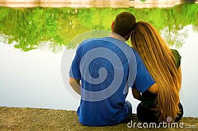 Twee minnaars op oever van het meer