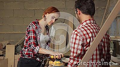 Twee timmerlieden die aan houten plank op de workshop werken stock footage