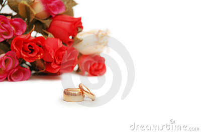 Twee trouwringen en bloemen