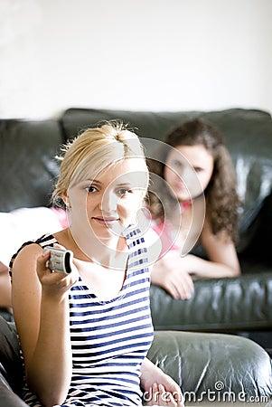 Twee vrouwen die op TV letten