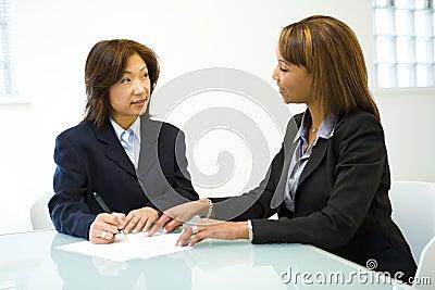 Twee vrouwen die zaken spreken