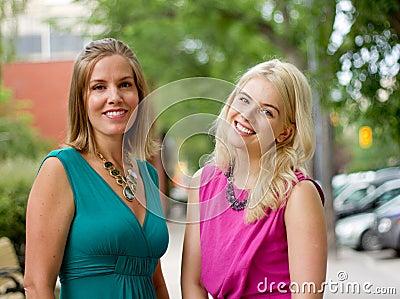 Twee vrouwen het gaande winkelen