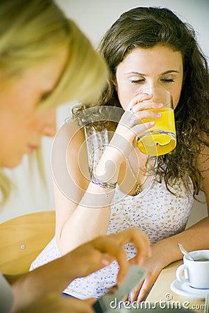 Twee vrouwen in keuken
