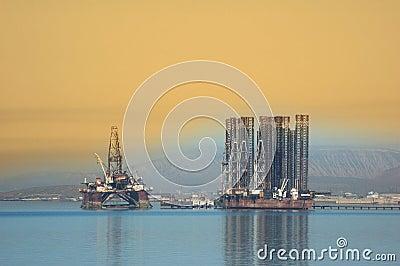 Twee zeeinstallaties in Kaspisch