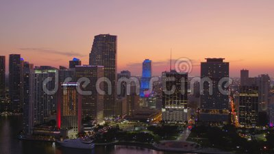 Twilight flyby del Downtown Miami Aereial video 4k 60p archivi video