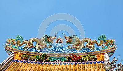 Twin dargon scluptures on temple roof.