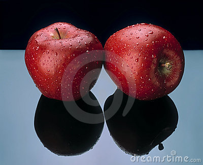 Two apples with black reflection.