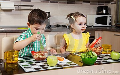 Two children who eat healthy food