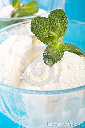 Free Two Glasses With Vanilla Ice Cream Stock Photography - 8288342