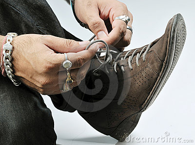Tying shoe lace